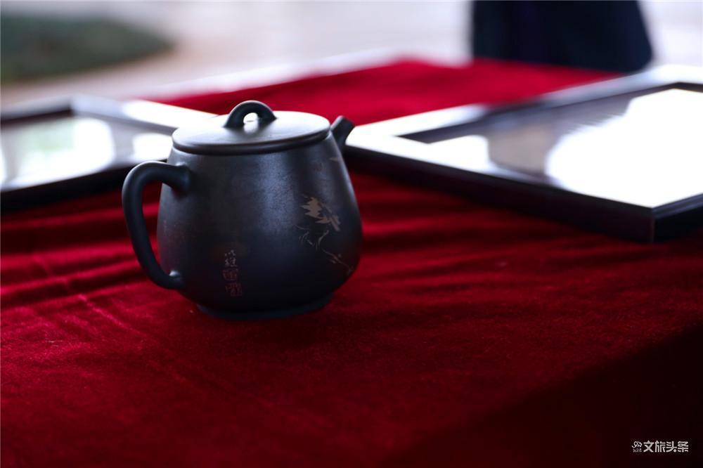 建水紫陶遇见普洱茶 田静向普洱市博物馆捐赠紫陶作品